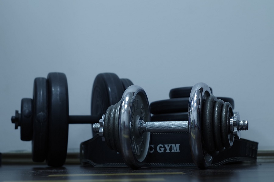 4 Dumbbell Exercises for Arms and Shoulders You Can Try at Home